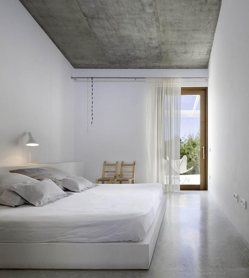 Стильное сочетание с белым в отделке спальни
