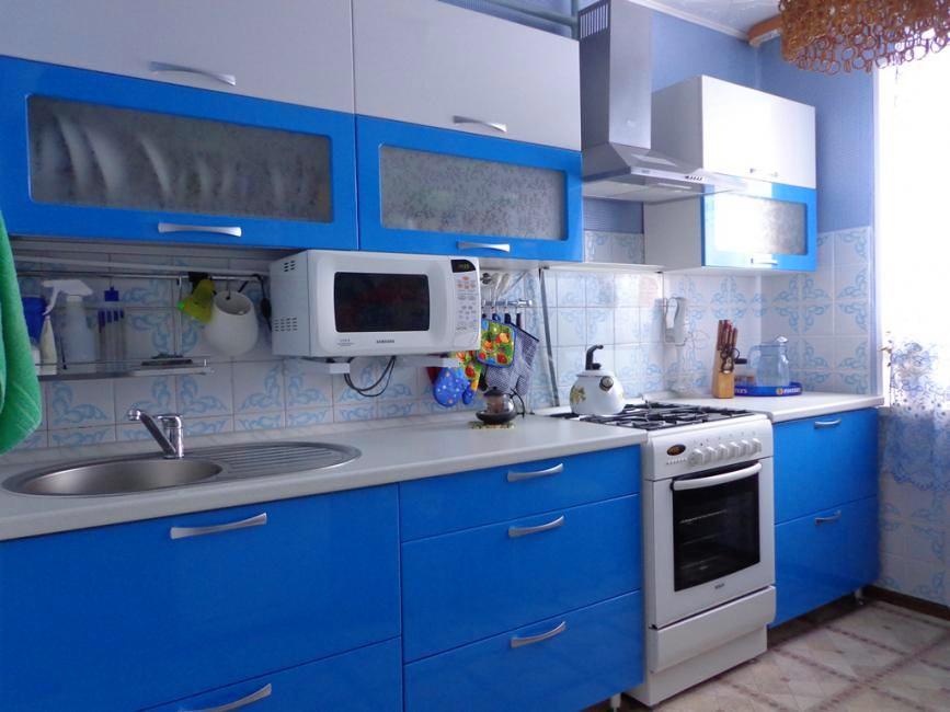 Кухня в цветах: бирюзовый, серый, белый. Кухня в стиле неоклассика.
