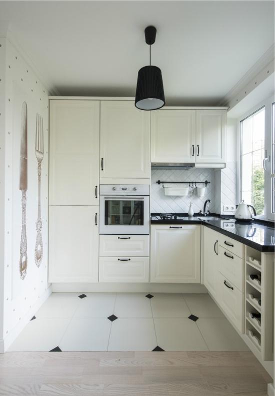 Белые обои в интерьере маленькой кухни