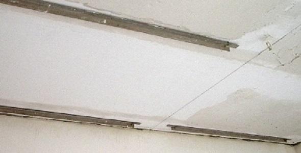 Выравнивание потолка с маяками