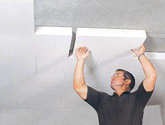 Иногда пенопласт просто садят на клей. Снизу он покрывается слоем декоративной штукатурки - и потолок готов.