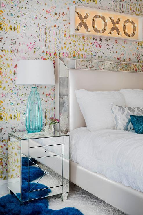 Обои с разноцветными пятнами за кроватью