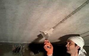 Выраженные неровности и повреждения в потолке, глубокие швы