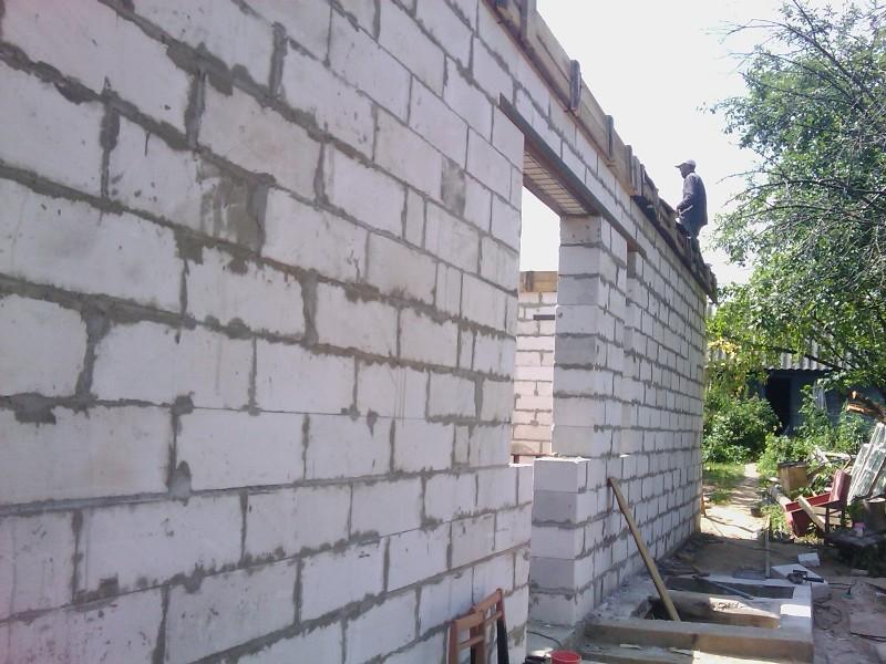 Кладем стены пристройки