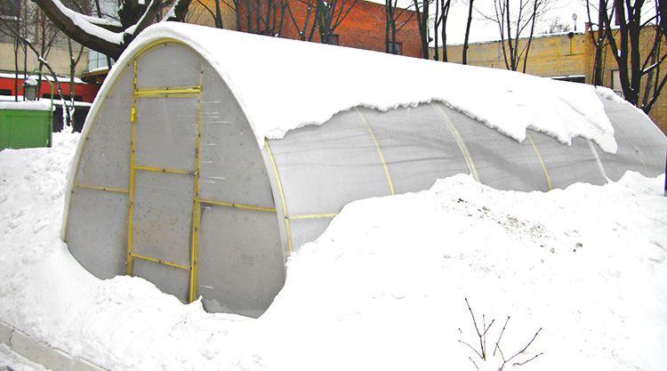 Своевременно удаляя снег, можно продлить срок службы теплицы