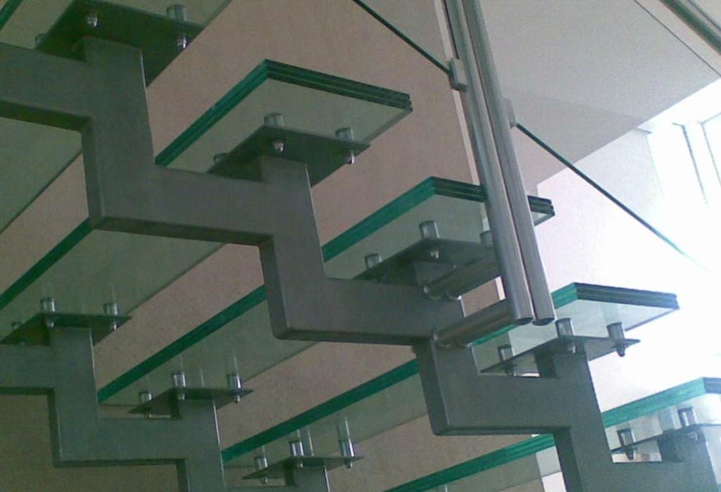 Металлические лестницы со ступенями из стекла
