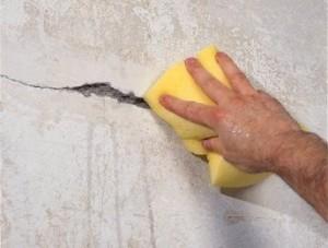 Грунтуем трещину в стене