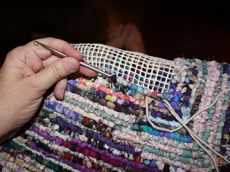 На малярной сетке можно сделать коврик путем продевания нитей через ячейки