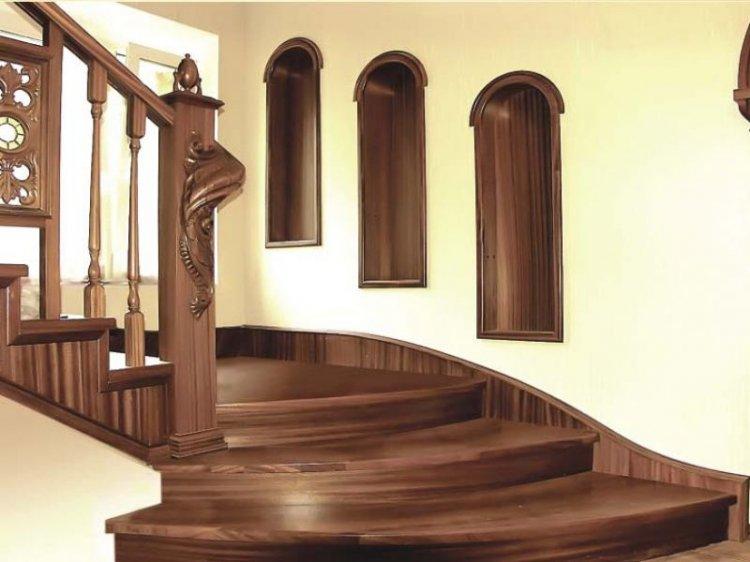Сплошная обшивка бетонной лестницы древесиной смотрится выигрышно, придает конструкции солидности. Не обязательно покупать дорогие породы дерева для этой цели. Можно даже сосну покрыть качественным лаком и она примет вполдне презентабельный вид