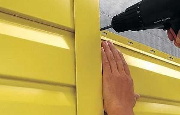 Обшивка дома снаружи металлическим сайдингом проста: можно сделать своими руками даже без особого строительного опыта