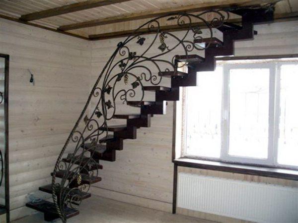 Сделать подъем на мансарду красивым и стильным можно при помощи современной и практичной лестницы