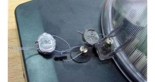 Пломба справа, установленная поверяющей организацией, защищает корпус прибора от вскрытия. Левую пломбу, закрывающую клеммы подключения, установил поставщик электроэнергии