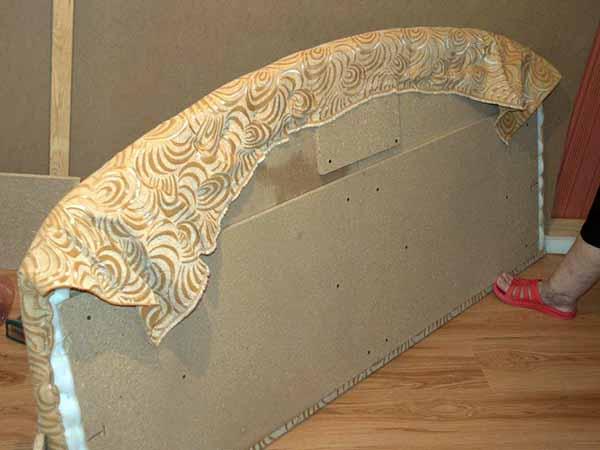 Перетяжка спинки кровати тканью