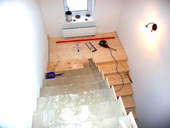 Прежде чем началь обшивку лестницы, запаситесь необходимым инструментом