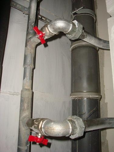 Не забудьте перекрыть водопровод (стояк перекрывать не нужно)