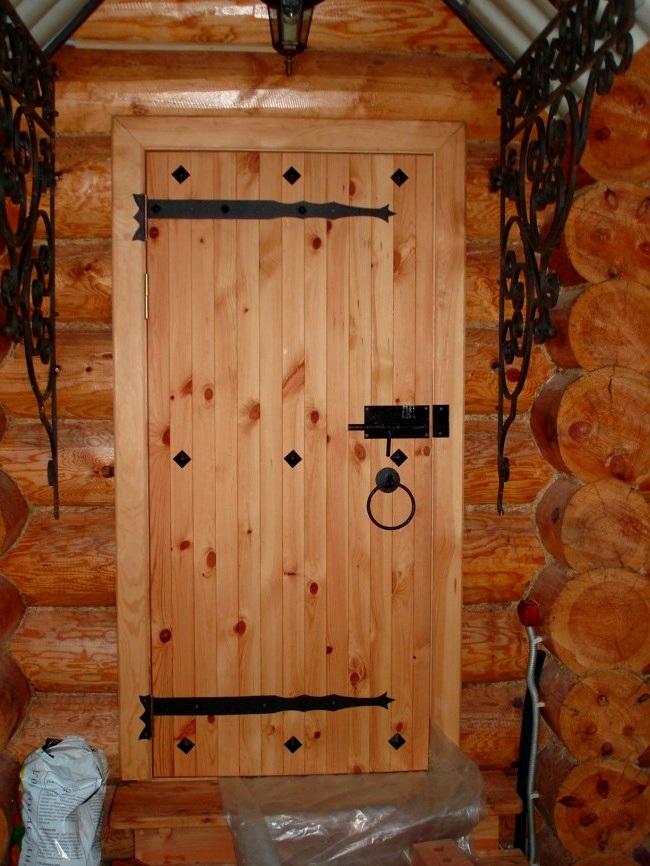 Простая дверь в баню из досок