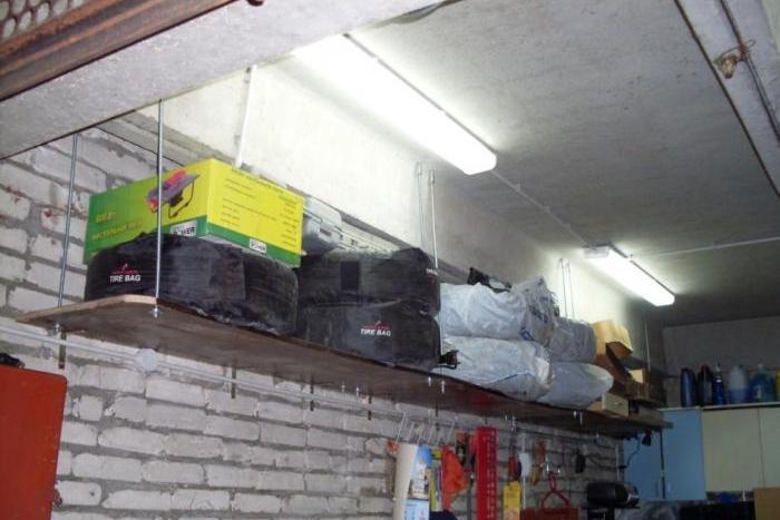Подвесная полка на шпильках для гаража