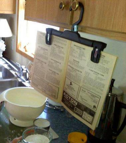 Кухня в цветах: серый, светло-серый, бежевый. Кухня в стиле неоклассика.