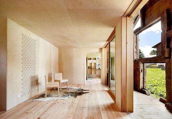 Потолок из фанеры в деревянном современном доме