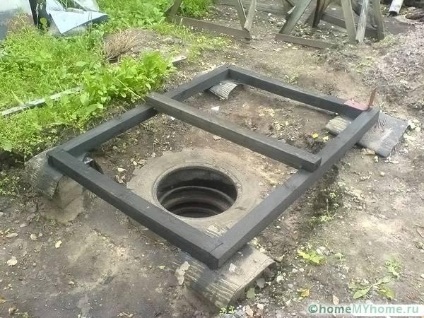 Важно выровнять основание туалета, чтобы не перекосило всю конструкцию