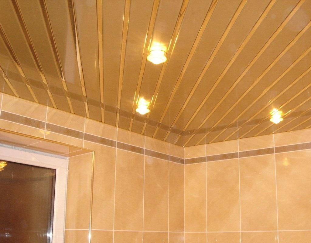 Пример пластикового потолка в ванной комнате