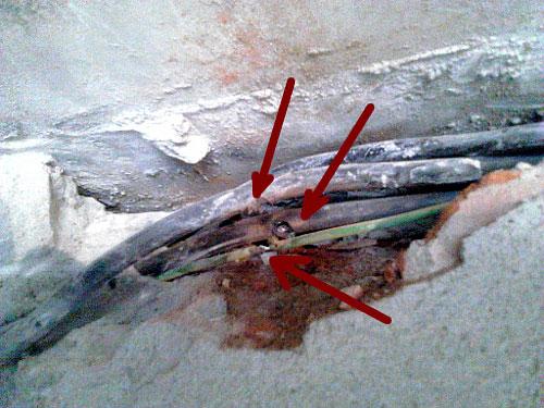 дефект и повреждение кабеля под штукатуркой