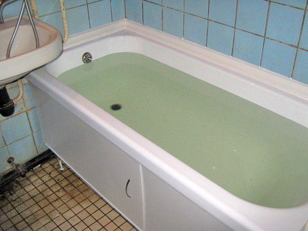 Наполняем ванну водой и оставляем на сутки