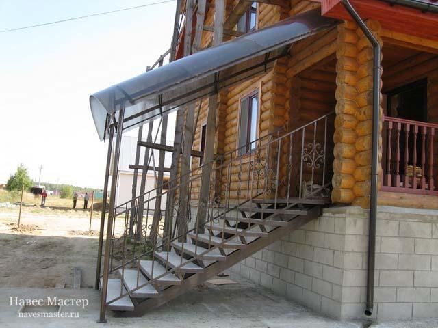 Простой козырек над лестницей