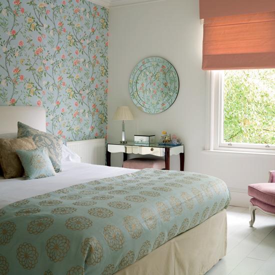 Интерьер спальни с бирюзовыми обоями с цветами
