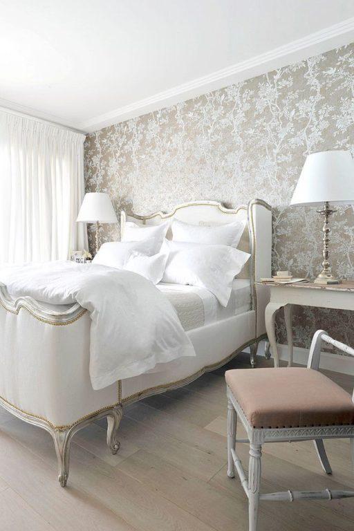 Красивые классические обои в спальне