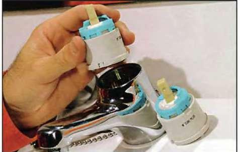 Теперь можно рукой легко достать картридж из полости смесителя и заменить его новым