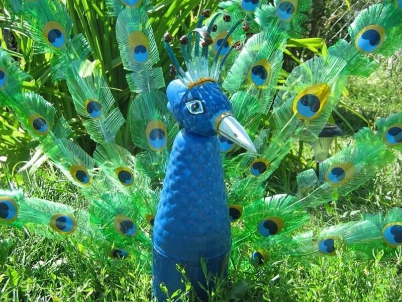 Павлин из пластиковых бутылок фото