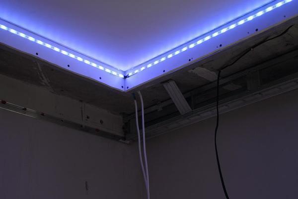 Какие есть виды подсветки натяжных потолков