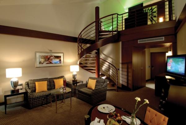 Как оборудовать в комнате второй этаж?