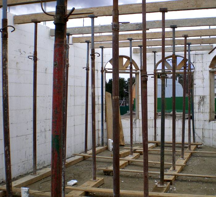 Для опалубки используется фанера с покрытием, устойчивым к влаге. Чтобы установить опалубку, потребуются бревна или доски – подпорки