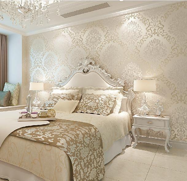 Интерьер спальни с золотыми обоями