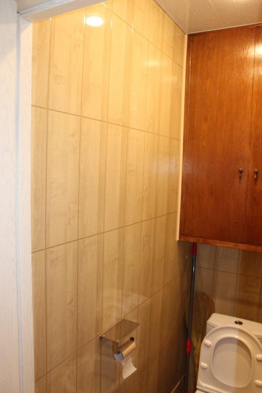 Отделка туалета большими МДФ-панелями