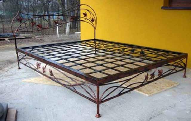 Металлическая кровать с элементами ковки