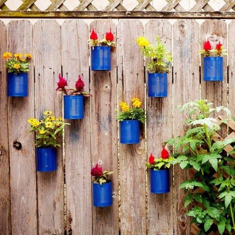 Забор, украшенный цветами больше не будет иметь унылый и скучный вид