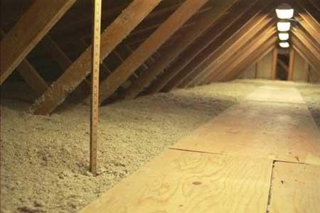 Существует много способов утепления дома. К одному из них относится утепление потолка при помощи опилок