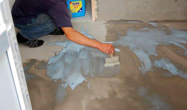 Перед тем как класть кафель на пол, обработайте наливной пол грунтом глубокого проникновения.