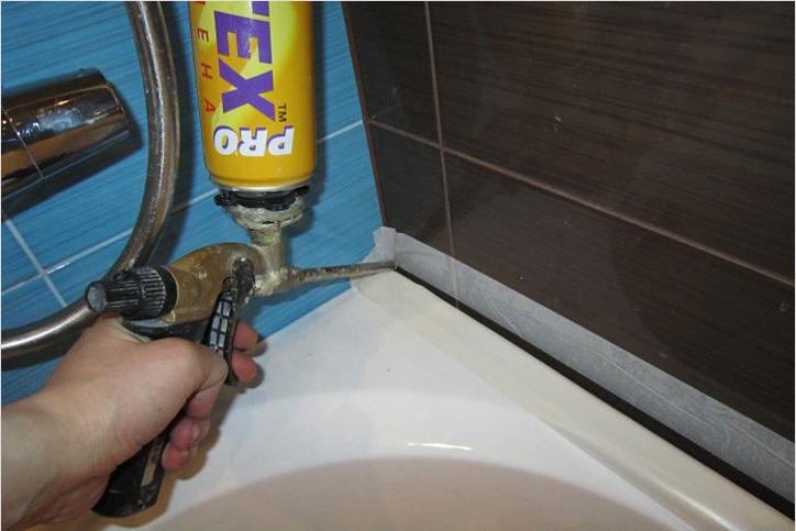 Герметизация стыка между ванной и стеной с помощью монтажной пены