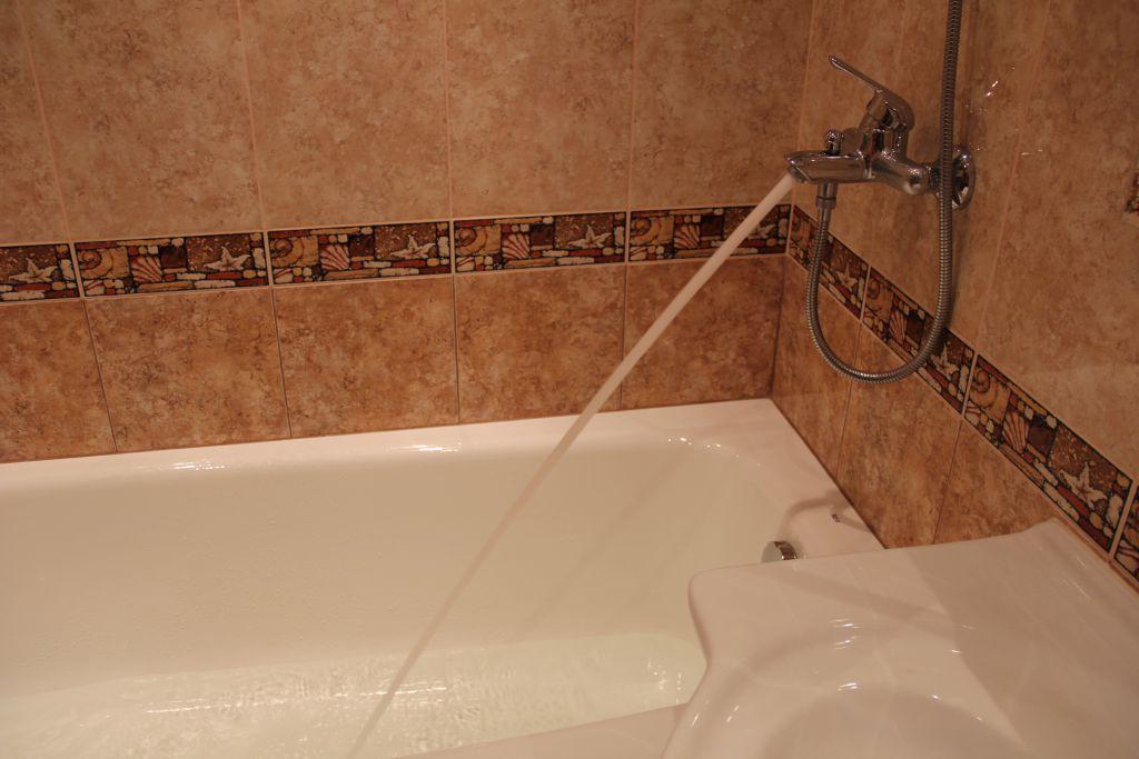 Выбор высоты смесителя над ванной
