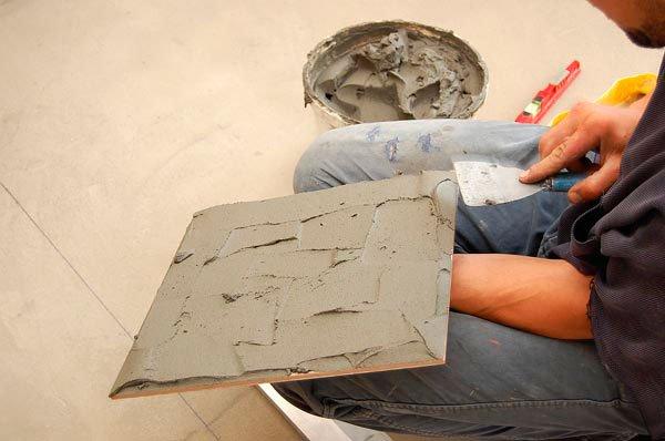 Наносим клей обычным  шпателем плотным слоем.