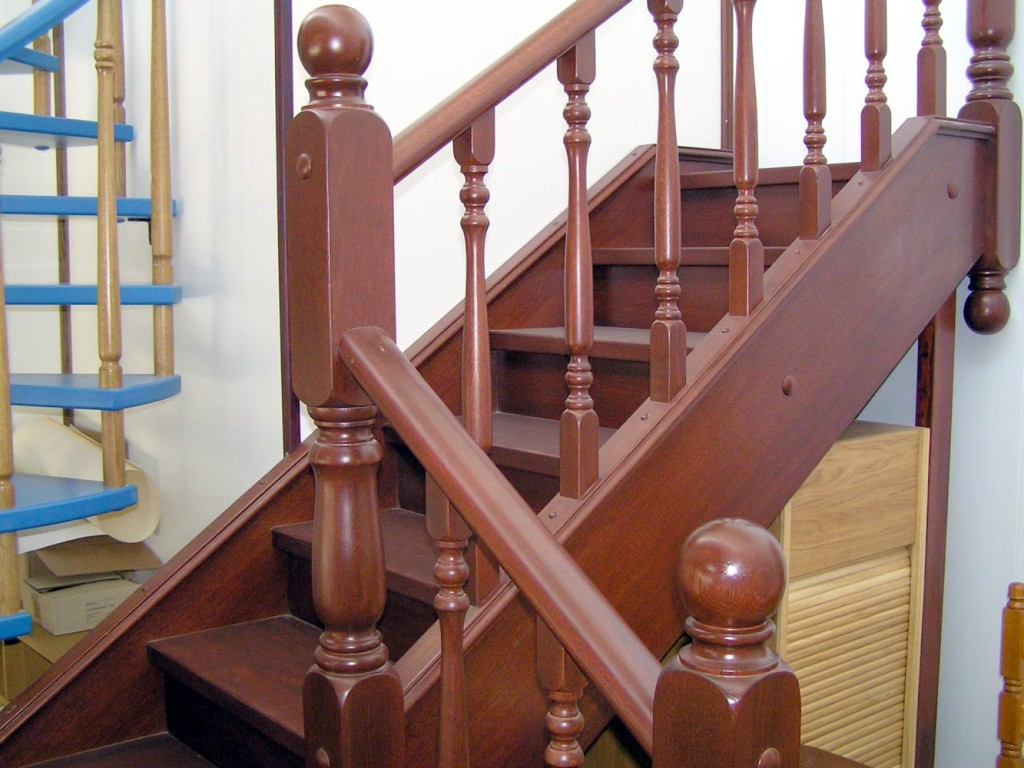 деревянная лестница ведущая на второй этаж