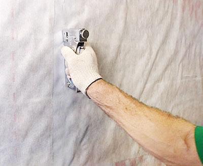 Прикрепите к стенам выбранный пароизоляционный материал