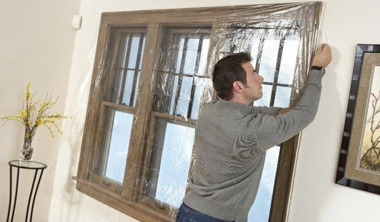 Заделывание окна на зиму пленкой