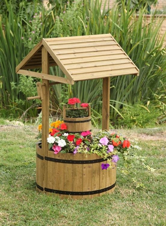 колодец с цветами в саду