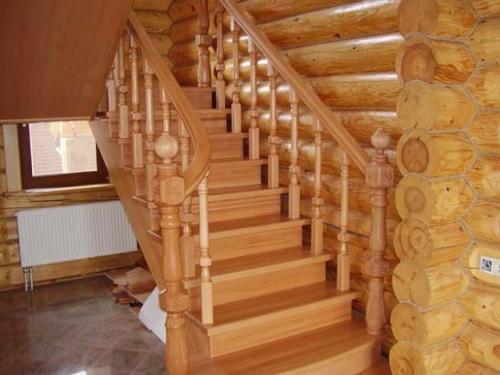 Деревянная стационарная лестница