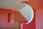 криволинейная конструкция на стене
